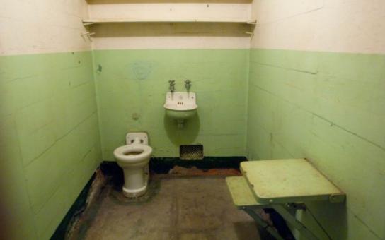 Společná sprcha pro muže i ženy, dvakrát týdně na 10 minut, WC splachují bachaři. Děsivé zážitky z české vazby