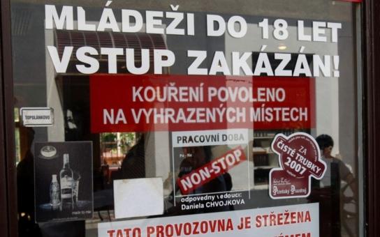 """Soud """"ocenil"""" pachatele mačetového útoku v Novém Boru: Od tří do 16 let"""