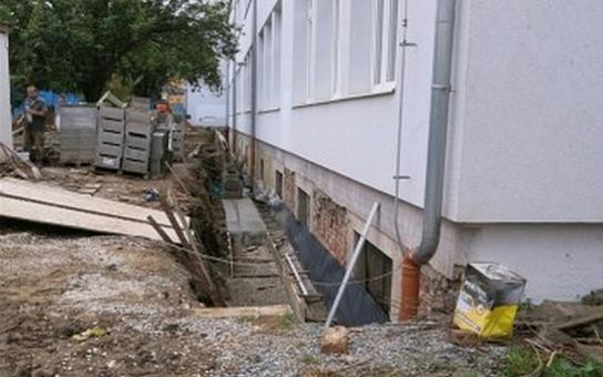 Anglický dvorek vyřeší nedostatek osvětlení na ZŠ v Benešově