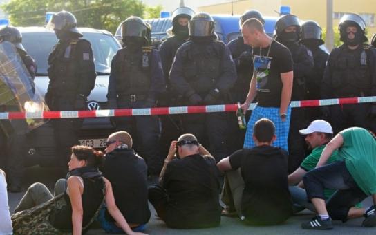 Pouliční válka v Ostravě: Dýmovnice, rozbušky, násilí. Policie teď sčítá raněné a škody
