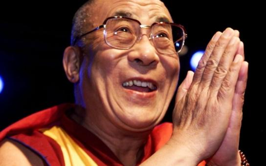 FOTO Dalajláma je v Praze! Jeho přednášku vyslechly stovky lidí. S kým se tu setká?