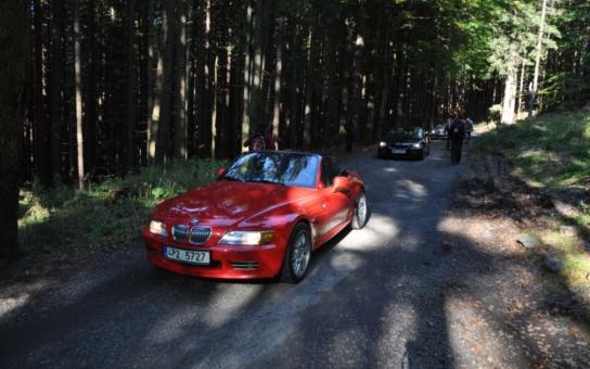 Neuvěřitelná arogance mocných! Kolona luxusních BMW se proháněla po Šumavě v rezervaci, kam je vjezd přísně zakázán. Podívejte se
