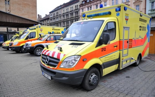 Nezabržděná dodávka se sama rozjela a srazila dvě děti