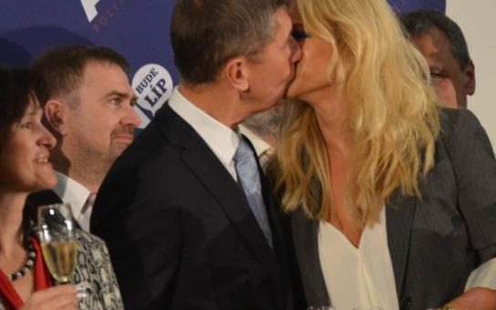Babiš a jeho blonďatá Barbie, Monika Babišová. Vyšlo ale najevo, že ač mají dvě děti, nejsou manželé. Bojí se magnát o peníze v případě rozvodu?