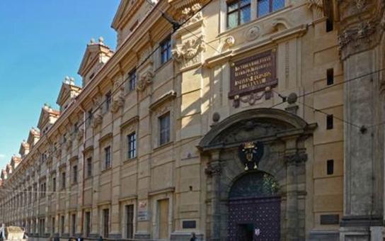 Fasáda Národní knihovny v Křižovnické ulici září novotou
