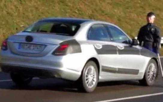 Budete zírat! Neuvěříte, koho si Mercedes-Benz vybral za figurínu při testu vozu. Máme video