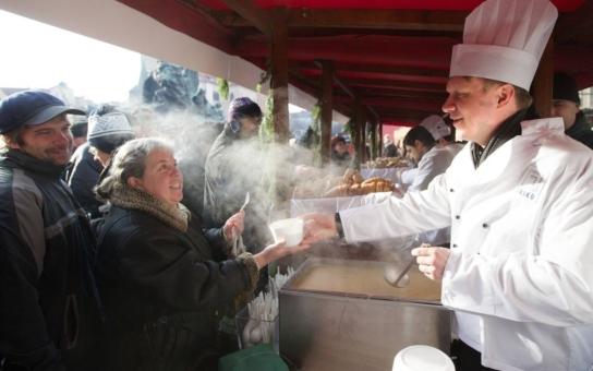 Primátor na Staroměstském náměstí servíroval speciální rybí polévku. Byli jsme tam a máme recept, dvě přísady vás překvapí