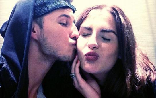 Kdo to tu náruživě líbá Kate Zemanovou? Bulvár odhalil totožnost mladého muže