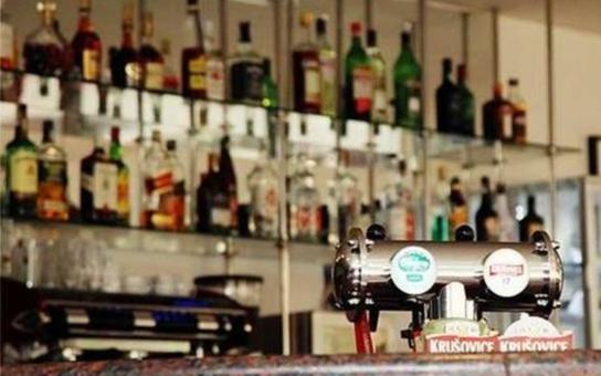Zákon, který měl zpřísnit prodej alkoholu, 'spadl pod stůl'. V Česku se prostě chlastá, píše komentátor
