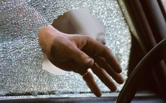 Zloděj vykradl jedenáct aut, bral hlavně navigace