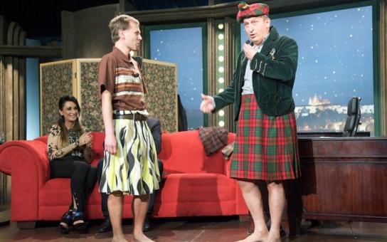 Chlapi v sukni a naostro. Koukněte, je tam i Jan Kraus: Ve slušivé skotské sukni a s vyholenýma (!) nohama