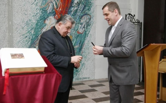 Máme foto: Sexidol babiček Mirek Etzler s kardinálem Dukou. Co má seriálová hvězda s českým primasem?