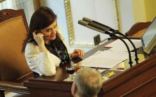 Pologramotná první místopředsedkyně sněmovny, která se neumí ani sama obléci! Které političky se štěkají jak báby na pavlači?