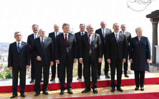 Ostuda! 11 prezidentů, včetně rakouského, maďarského a slovenského, bylo v Praze. Teď vyšlo najevo, že jsme je tu málem vozili taxíkem