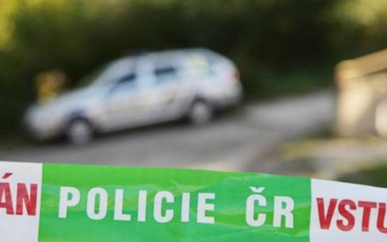 Tři snědí muži znásilnili pannu na nádražním WC v Hradci Králové. U krku jí drželi kudlu