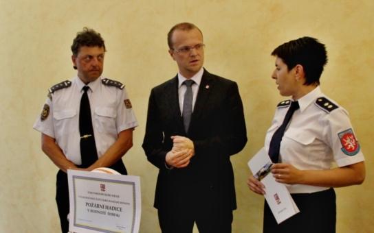 Dobrovolní hasiči převzali od hejtmana Pardubického kraje dotace za 3,5 milionu korun