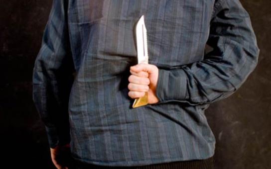 Dělal rodičům ze života peklo: Agresivní feťák vyhrožoval matce zabitím s nožem v ruce