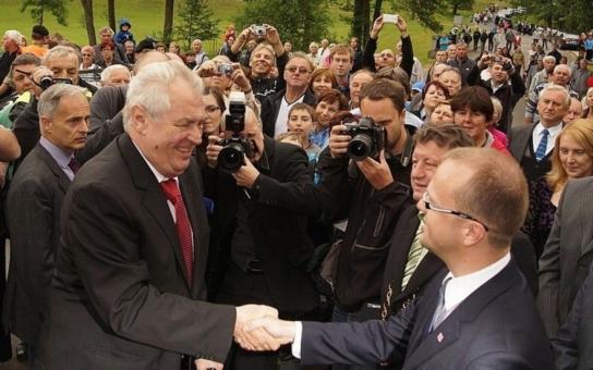 """Miloš Zeman s hejtmanem Netolickým uctili památku obětí v Ležákách. """"Právě zde bych chtěl připomenout, že za svobodu se musí bojovat , řekl prezident v projevu"""