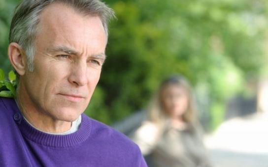 Rakovina prostaty a psychika: Co muži při onemocnění prožívají a jak jim můžeme pomoci?