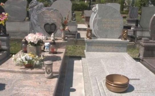Další úlet Kramných – dva náhrobky pro Moniku a Klárku těsně vedle sebe. Čím vyvrcholí nenávist znesvářených rodin?