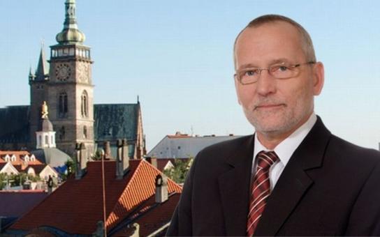 Hradecký primátor, který opět kandiduje v komunálkách, čelí závažnému obvinění. Čtěte