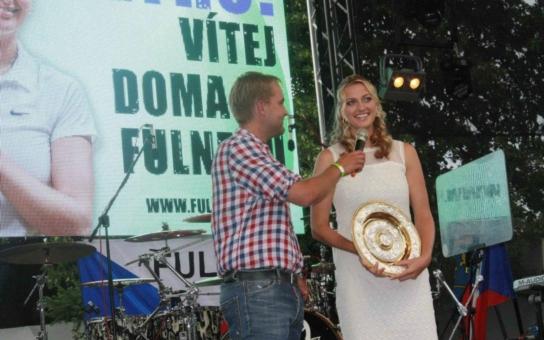 Občanství už má, tak Kvitová dostala klíče od města! Fulnek bouřlivě přivítal vítězku Wimbledonu, zahráli i Chinaski. Podívejte se, máme fotky i video