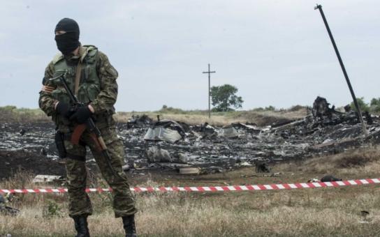 Jak s pytli brambor! Ožralí tahají mrtvoly po zemi, kusy sestřeleného Boeingu končí ve sběrnách surovin… Další hrůzné podrobnosti o letu MH17