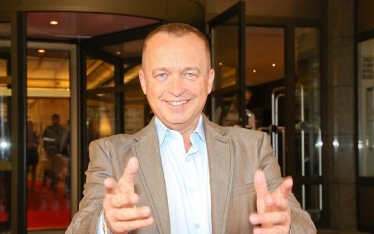 Moderátor Karel Voříšek vyhrál spor, s StB nespolupracoval. Víme, kdo a proč na Nově fámu zneužil a moderátora vyrazil bez pardónu