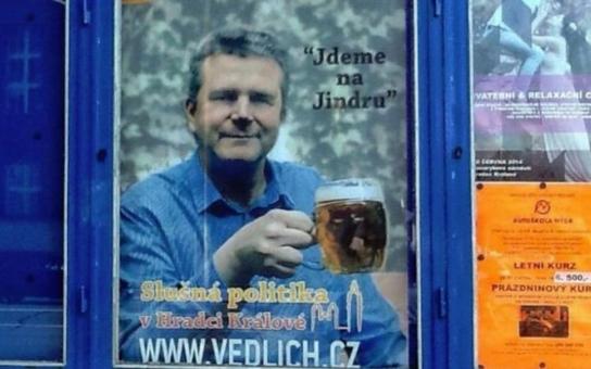 Kandidát TOPky začal kampaň. S půllitrem v ruce děsí obyvatele Hradce, strana prý opět sází na alkoholismus předsedy