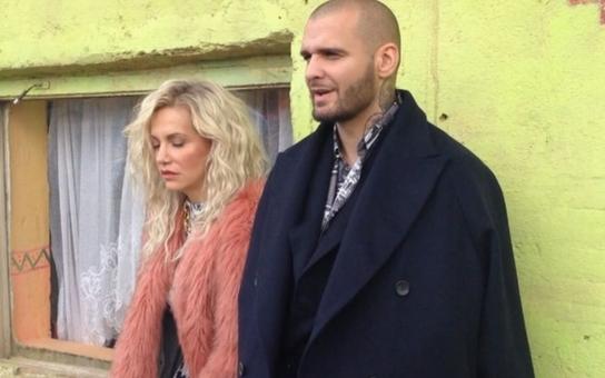Dara má po bouračce další průšvih: Tentokrát se nechala vyfotit  s Rytmusem v luxusních hadrech a drahých špercích  v nejchudší romské osadě