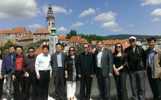 Čínské turisty má do Česka přilákat přímé letecké spojení a filmy! Vysocí čínští představitelé navštívili i Český Krumlov