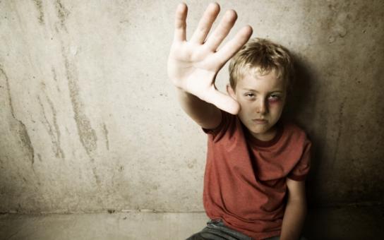 Policie řeší další otřesný případ zneužívání dítěte. Jenže veřejnost šikanuje ty, co se to snaží řešit. Má většina lidí černé svědomí, jak naznačují statistiky?!