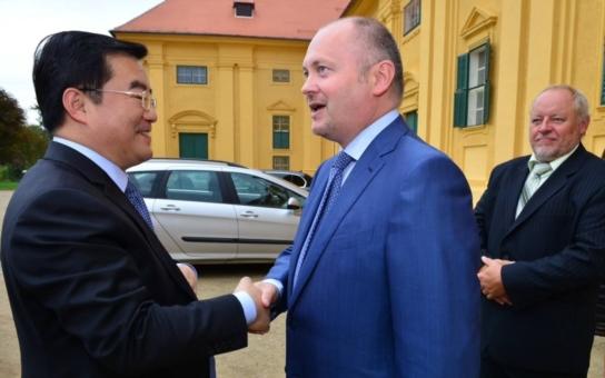Ovíněný Hašek a oteplený Zaorálek: Čína, víno a zpěv!