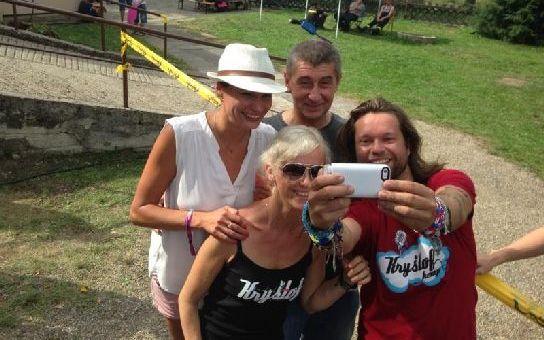 Český král selfie Babiš! Nejradši se fotí s celebritami, koukněte se… A klidně přitom pustí chlup, za Krajča zaplatil milion