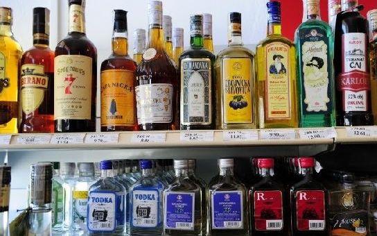 Za černý trh s alkoholem může stát. Po nápravě volá 96 procent Čechů. Víme, čím úřady nahrávají podvodníkům