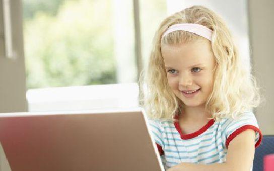 Víte, s kým chatuje vaše dítě? Kriminalisté varují - téměř polovina dětí se svěřuje neznáým lidem!