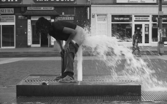 Neuvěříte, co dělají Romové v Ústí: Používají za bílého dne, nazí, nově postavené vodotrysky jako sprchy! Podívejte se, máme fotky