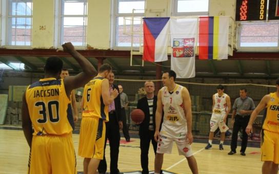 Pardubický kraj prohlubuje spolupráci se Slováky prostřednictvím sportu, basketbalový mač zahájil hejtman Netolický
