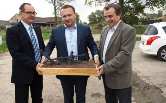 V Pardubickém kraji dostal ministr zemědělství Jurečka poněkud nečekaný dárek - ruchadlo