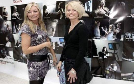 Další kolo války blondýn na Nově: Jednička může být jen jedna. Vyhodí elegantní Kloubková sexy Borhyovou ze sedla? Co se v televizi děje, když kamery zhasnou?