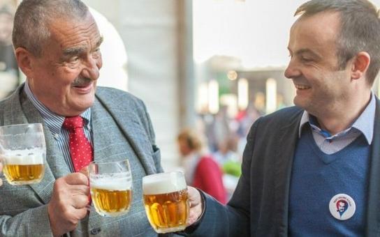 Jsou to vojáci v šiku! Kníže byl v Plzni na pivu, poplival Babiše a obklíčil se hezkýma holkama. Co se dělo pak? Byli jsme přitom