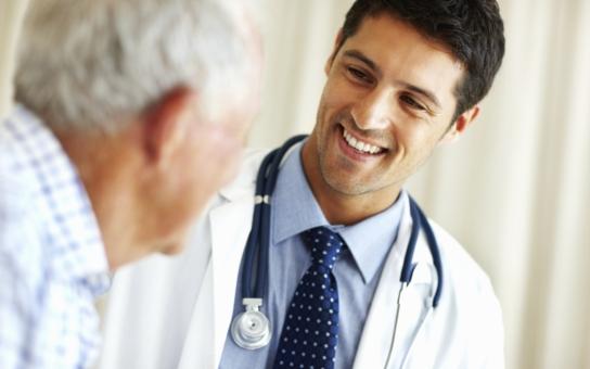 Lékaři utíkají do ciziny a je jich čím dál víc. Letos odešla pětina z absolventského ročníku… Jsou za tím jen peníze?