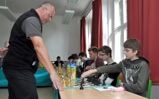 Studenti v simultánce proti bohumínskému starostovi třikrát skórovali, skončilo sedm let bez porážky pro šachistu Petra Víchu
