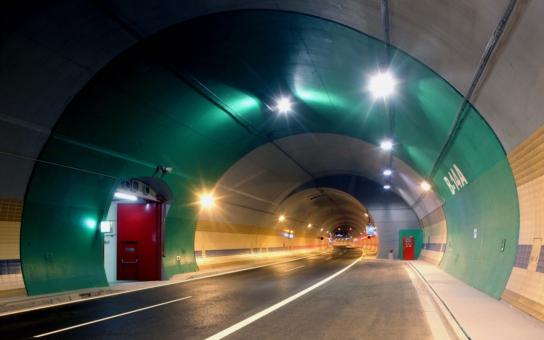 Tunel Blanka, synonymum korupce. Stojí o 10 miliard víc a otevřou ho (snad) v prosinci, s tříletým zpožděním. Řidiči ho ale potřebují! Pojďte do něj s námi kouknout
