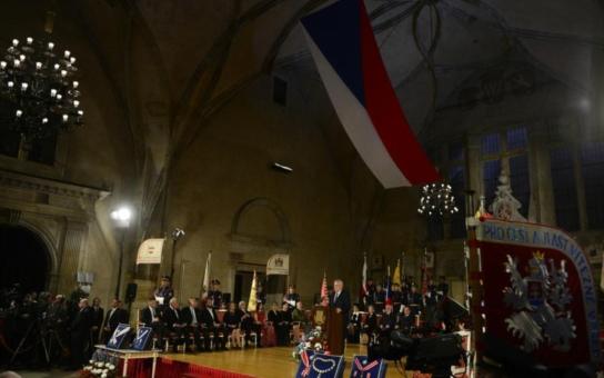 Největší skandály kolem prezidenta, který prý vyznamenal své kámoše, proruský vepř, Sedláčkova teplákovka a běsná módní policie i vypadlý jistič… 28. říjen rozdělil národ
