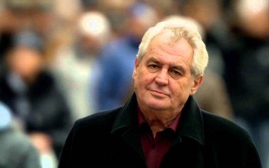 Když se ji Miloš Zeman snažil obejmout, cudně se bránila a on šibalsky vtipkoval: Ale já jsem jen takový starý, neškodný jezevec... Renata tráví noci s politiky i celebritami. Co na to psycholog?