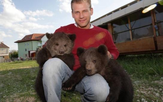 Slavný krotitel Berousek skončil v medvědí tlamě, jeho sestra v nemocnici. Co se stalo a jak dopadl chlupatý pachatel? Tajnosti slavných