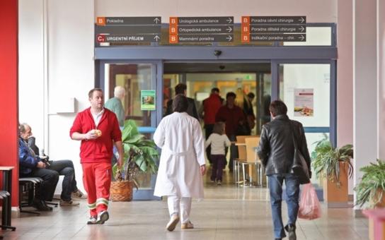 Bezdomovci obtěžují pacienty v jihlavské nemocnici. Začala ji proto hlídat ostraha. A ebola...