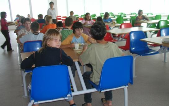 Každé desáté dítě nemá na obědy! A my se bavíme o lidských právech? Ekonomka o korporátním fašismu i o tom, proč budou volby zbytečné
