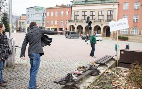 Netradiční ohlédnutí za Listopadem: Házely se boty na stromy. Cedule Gottwaldov byla znovu sestřelena!
